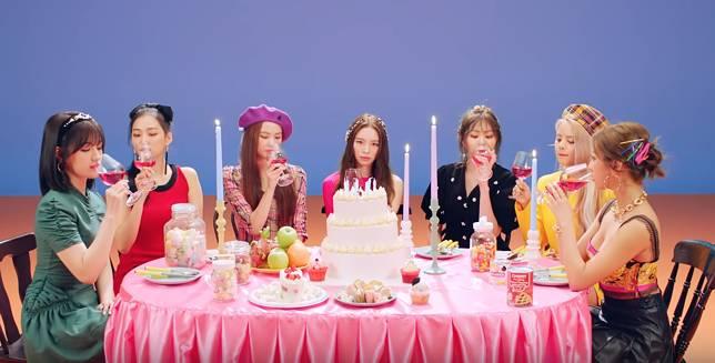 """Single Terbaru """"Devil"""" Sukses Mengantar CLC Debut di Chart Social 50 Billboard"""