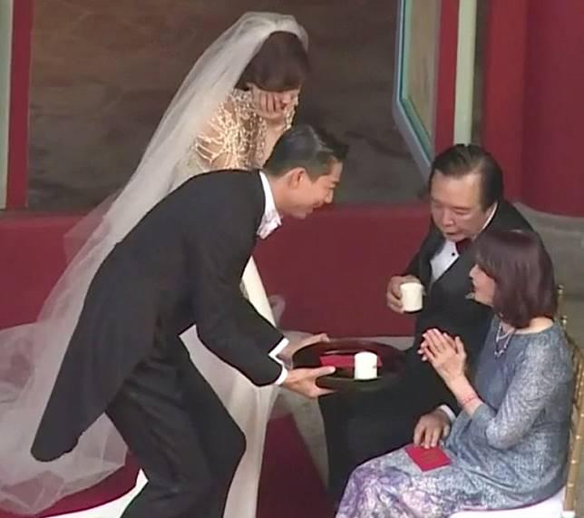 志玲兩公婆向父母敬茶。