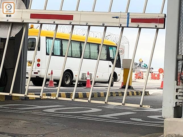 車隊在近9時已進入機場禁區。