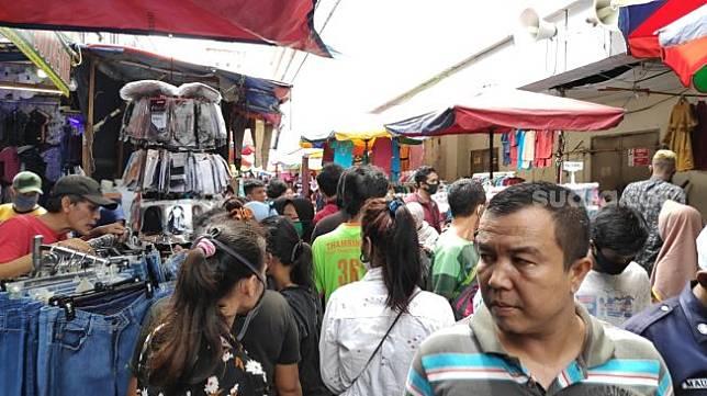 Warga berdesak-desakan berburu keperluan lebaran di Blok F Pasar Tanah Abang, Jakarta di tengah PSBB. (Suara.com/Bagaskara)