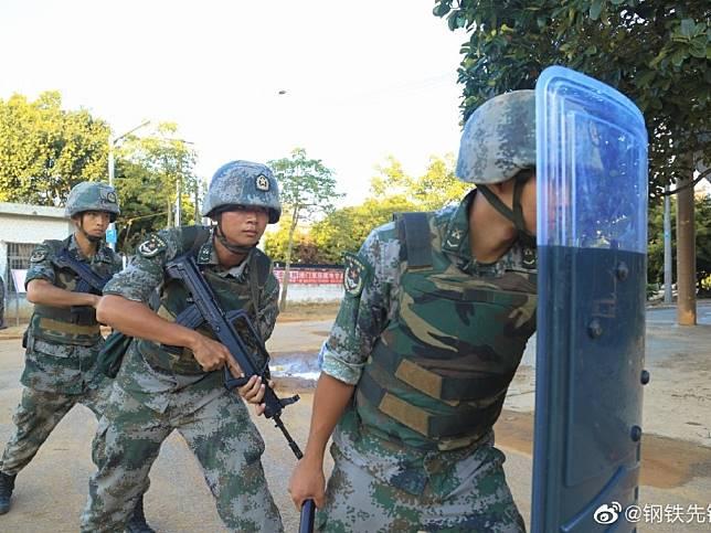 解放軍日前在廣東湛江演練,模擬處理突發暴力恐怖情況。(網上圖片)