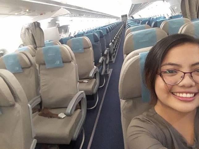 Sendirian di pesawat via (Facebook/Louisa Erispe)
