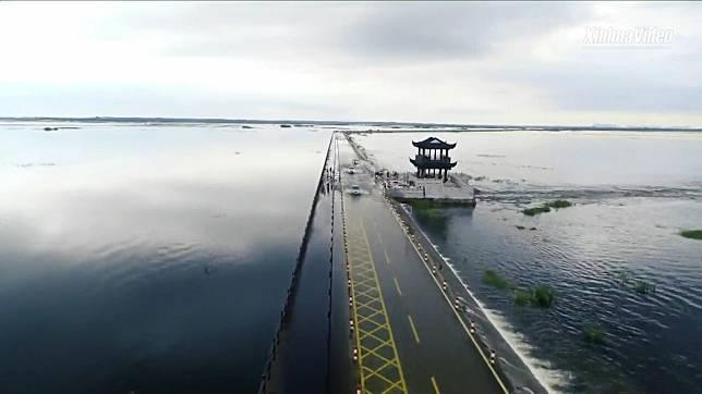 โดนใจชาวเน็ต! 'ถนนจมน้ำ' กลางทะเลสาบน้ำจืดใหญ่สุดในจีน