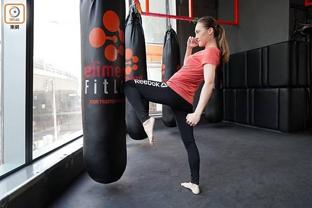 左膝向前頂撞時,可以配合將左手向下擺動,增加頂出去時的動力及力量。(張群生攝)