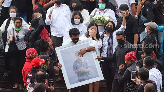 Istri dan kerabat saat mengantarkan jenazah Glenn Fredly dari rumah duka di GBIB Sumber Kasih, Lebak Bulus, Jakarta Selatan, Kamis (9/4). [Suara.com/Alfian Winanto]