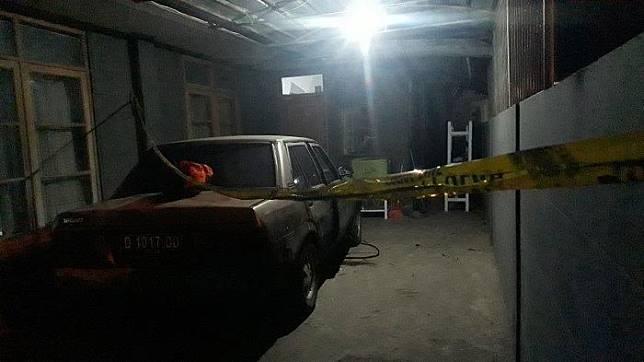 Seorang penjual bakso bernama Soni (60) ditemukan tewas di mobil sedan Toyota Corona yang terparkir di garasi rumahnya, Selasa (17/9/2019).