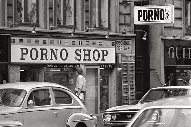 七八十年代係色情黃金年代,除住歐美人才輩出,爭相拍攝色情電影,加上錄影帶出現,色慾大電影及或四仔一發不可收拾。(互聯網)
