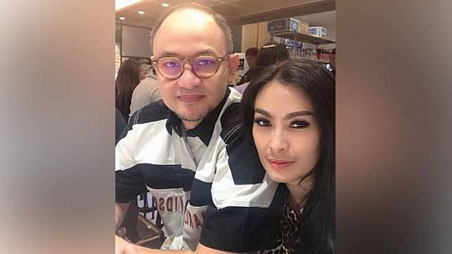 Satrio Dewandono, suami dari Iis Dahlia diduga menandatangani pax manifest yang merupakan dokumen penerbangan yang memuat identitas penumpang, mulai dari nama lengkap, nomor kursi, jenis kelamin, sampai jumlah dan bobot bagasi yang dibawa. Instagram/@isdadahlia
