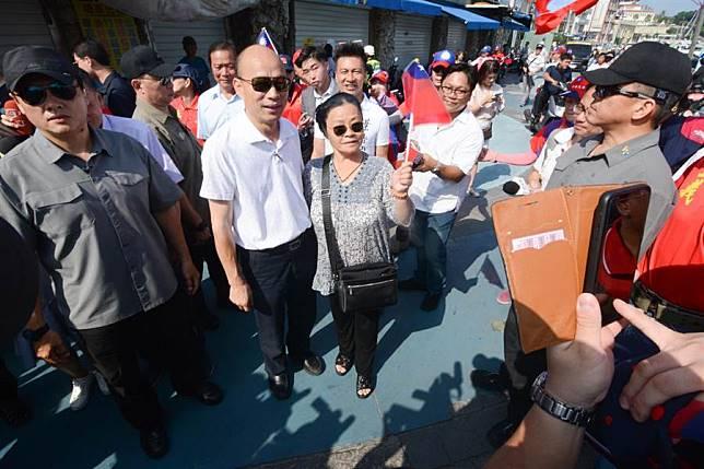 韓國瑜訪小琉球免稅店,記者問「會不會超買」韓笑而不答