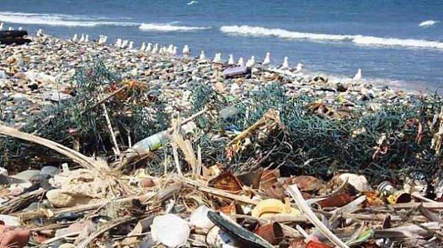 Ilustrasi sampah menumpuk di Pantai Kuta Bali. (Wikimedia Gerry & Bonni)