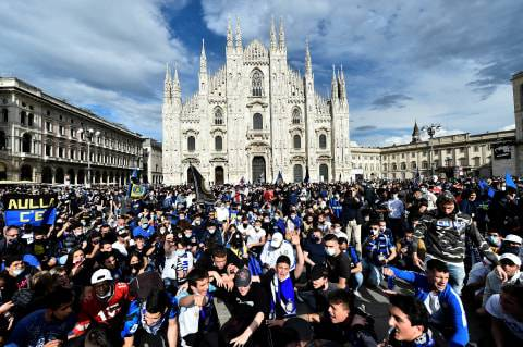 Inter Milan Juara, Suporter Berpesta di Pusat Kota & Konvoi di Jalan (2)
