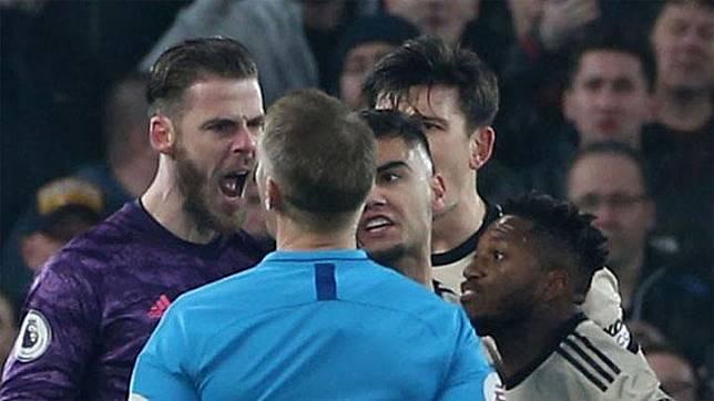 Para pemain Manchester United mengajukan protes kepada wasit Craig Pawson di pertengahan babak pertama. skysports.com
