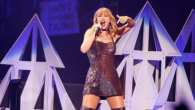 Ekspresi penyayi Taylor Swift saat tampil dalam konser iHeartRadio Jingle Ball di Madison Square Garden, New York City, 14 Desember 2019. REUTERS/Caitlin Ochs