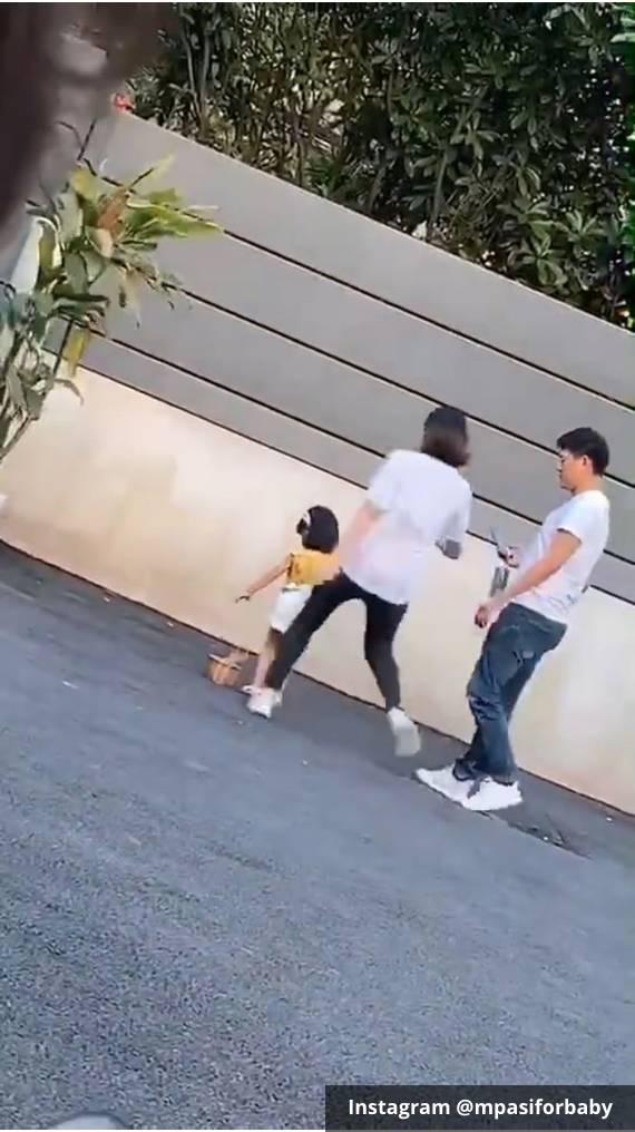 Niu Niu (baju kuning) hendak ditendang ibunya sendiri di depan umum. Langsung viral di media sosial internasional.