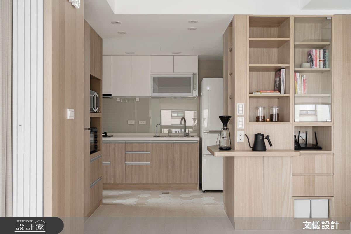 無印式的模組化收納概念運用在客廳餐廳與廚房的交界,沿著結構柱規劃的收納櫃可以擺放書籍網路接收器以及收納小型餐具,還可以展示屋主喜愛的手沖咖啡用具