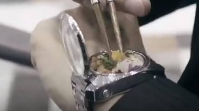 Jam Tangan Berisi Bekal Makanan di Jepang. (YouTube)