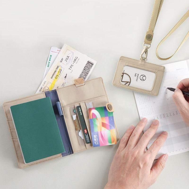 產品特色 本商品包含 : 護照夾 × 1 + 鋁合金原子筆 × 1 + 證件套 × 1 + 掛繩 × 1(皆為沙漠色) 頂級用料:200D尼龍+植鞣染牛皮+日本製扣件 日常用的、旅行帶的,一次備齊 井