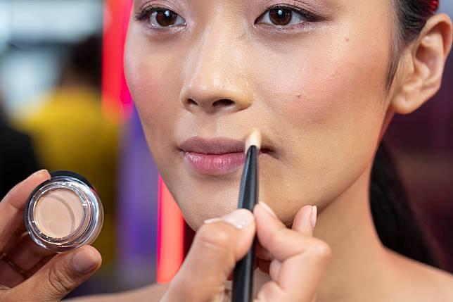 步驟一:先以化妝掃沾取少量Soft Matte Complete Concealer,遮蓋嘴四周的暗沉。亦可畫入少少唇邊,模糊本身的唇線之後就可有更大的發揮空間。