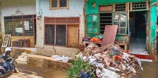 Baru Kebanjiran Awal Tahun, Hunian Warga Rawajati Kembali Masuk Air 30 Cm Usai Hujan