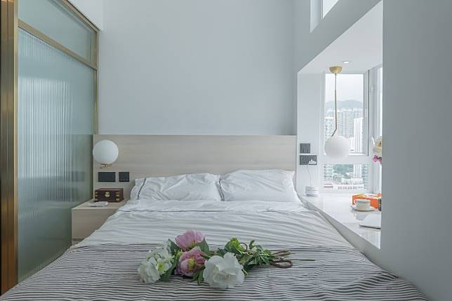 睡房以白色為主調,配以木色床架、床頭櫃,輕易打造舒適溫暖的氣息。(受訪者提供)