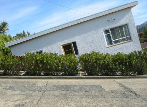 Kelihatannya rumahnya yang miring, padahal jalanannya! (dok. Tobias Thierer)