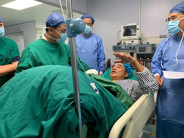 華哥已完成腹部刀傷的手術,刀傷輕微觸及內臟,幸好沒傷及重要器官。