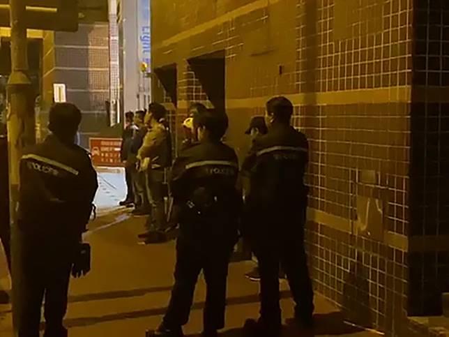 警方凌晨3時接報有人於屯門龍門路聚集,期間拘捕8人。(區議員李家偉facebook片段)