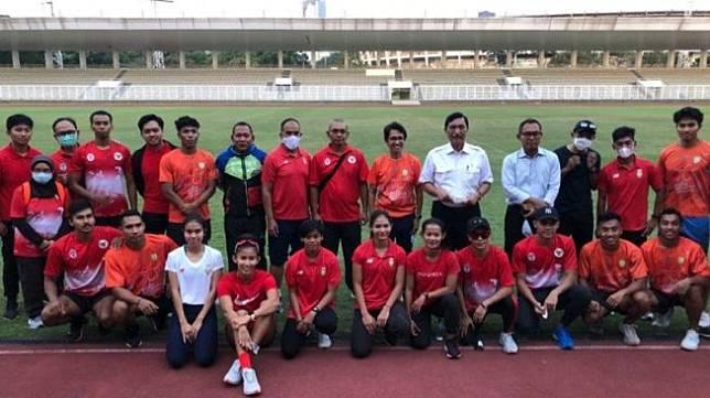 Ketua Umum PB PASI Luhut Binsar Pandjaitan (kelima dari kanan) saat mengunjungi sesi latihan Timnas Atletik di Stadion Madya GBK, Senin (3/5/2021). ANTARA/Roy Rosa Bachtiar