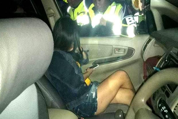 Wanita Seksi Ini Diamankan Karena Diduga Berbuat Mesum dalam Mobil