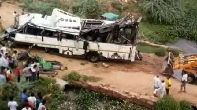 Sopir Mengantuk Hilang Kendali, Bus Jatuh dan Hancur Tewaskan 29 Orang