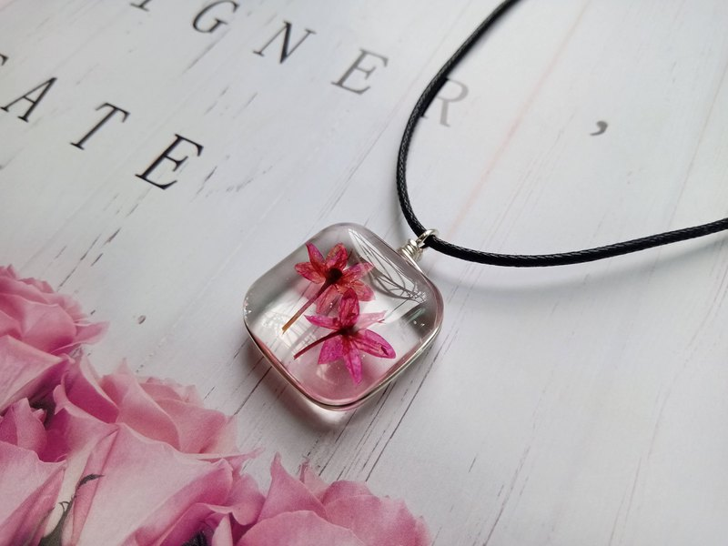 崁在玻璃的植物是韭菜花,韭菜花象徵的意義是奉獻的精神。獻給所有無私奉獻的你/妳。 來自大自然的禮物...