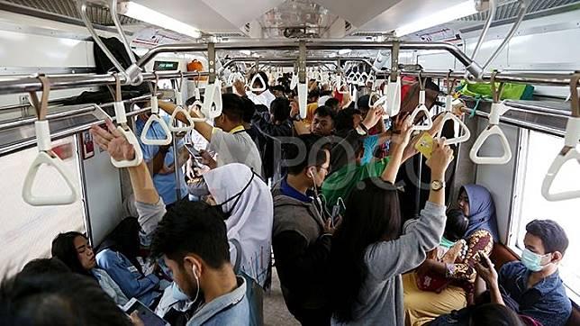 Suasana di dalam KRL Commuter Line tujuan Jakarta di Stasiun Pasar Minggu, Jakarta, 12 Juni 2018. TEMPO/M Taufan Rengganis