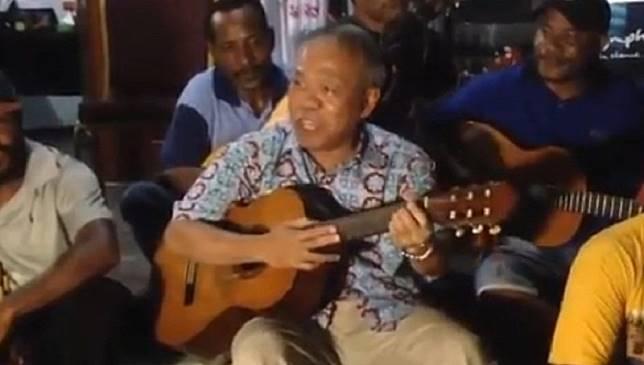 Gaya Santai Menteri PUPR Nyanyikan 'Aku Papua' di Tengah Warga