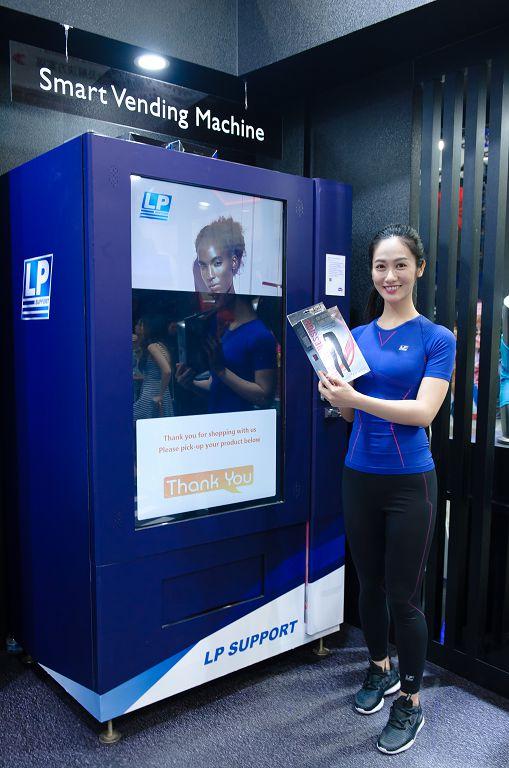 智慧零售區內之智慧販賣機,結合激能型專業運動防護品牌 LP SUPPORT 進行展示。