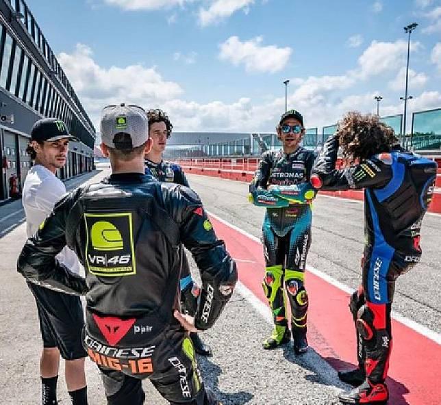 Valentino Rossi dan para pembalap VR46 Academy di Sirkuit Misano. Credit Instagram @valeyellow46.