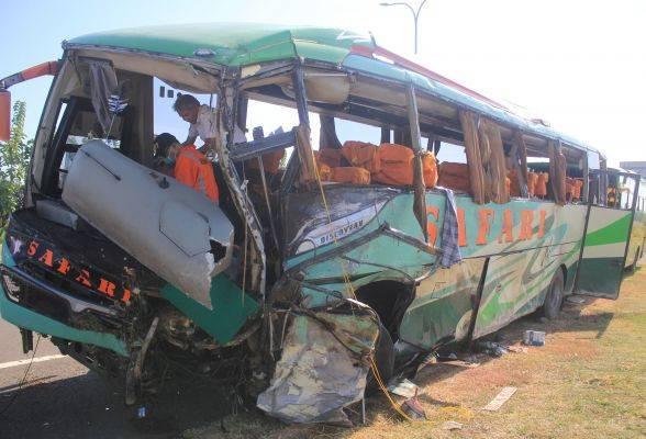 Petugas Komite Nasional Keselamatan Transportasi (KNKT) melakukan identifikasi bus Safari Lux Salatiga yang mengalami kecelakaan di tol
