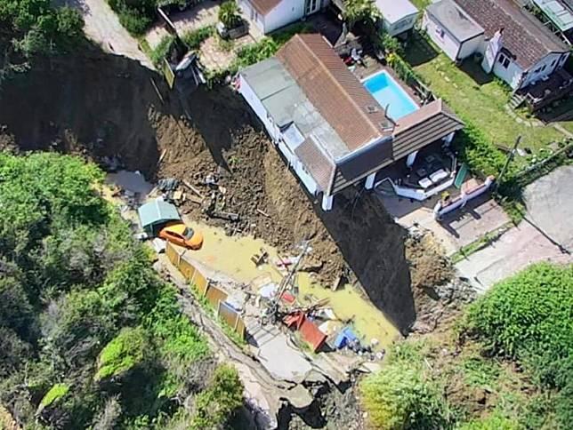 ▲英國一間沿海房子地基被掏空。(圖/翻攝Kent Fire and Rescue Service推特)