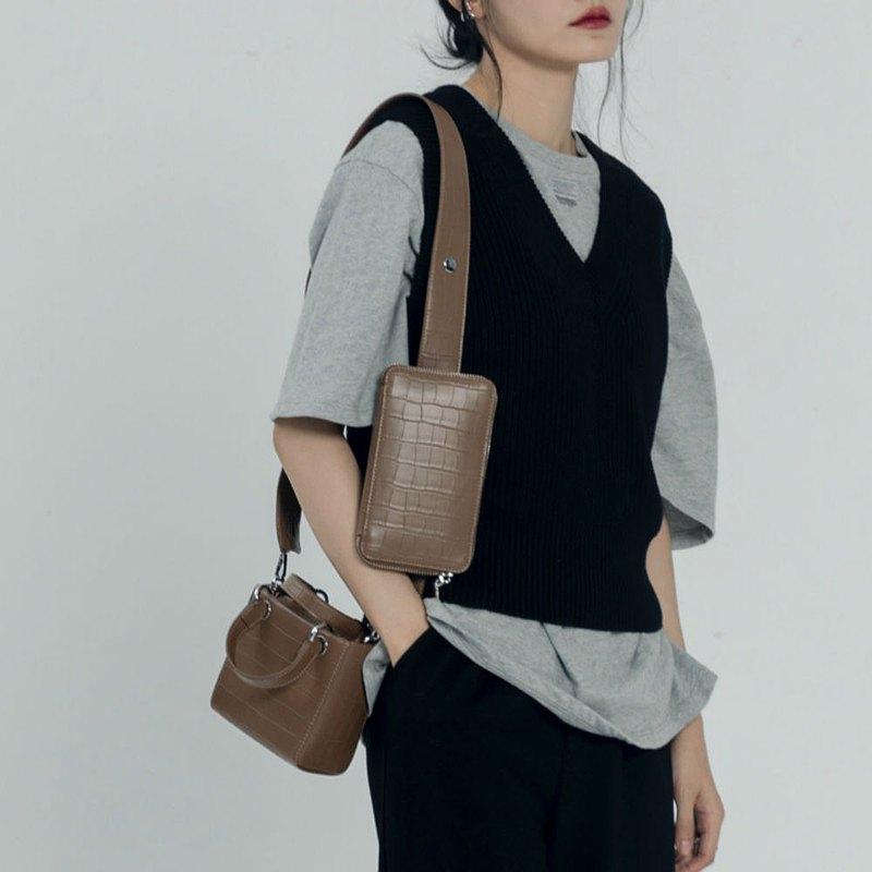 小巧精緻但很有份量的倆小方包;石頭壓紋,硬挺定型包身 都是可以拆卸的!可以串在一起背,也可以單獨佩戴 一個是mini小方盒形, 有提手, 有種Lady Dior的氣質 另外一個是扁身長方形,單獨拆下來