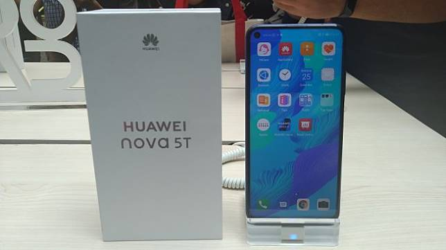Huawei Nova 5T diperkenalkan di Jakarta, Rabu (25/9/2019). [Suara.com/Tivan Rahmat]