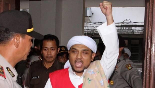 Ekspresi terdakwa demo anarkistis tolak Gubernur DKI Jakarta Basuki Tjahaja Purnama, Novel Bamukmin usai menghadiri Sidang vonis di Pengadilan Negeri Jakarta Pusat, 6 April 2015. TEMPO/M IQBAL ICHSAN