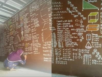 Viral Guru Matematika Hiasi Dinding Rumah dengan Coretan Rumus