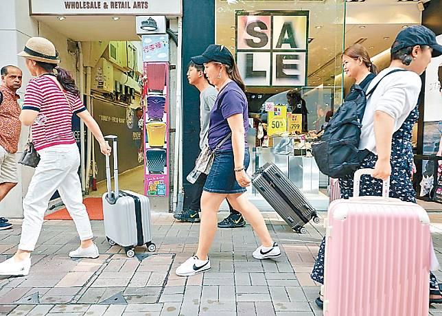 反修例示威持續,本港旅遊業首當其衝,本月訪港旅客大跌。