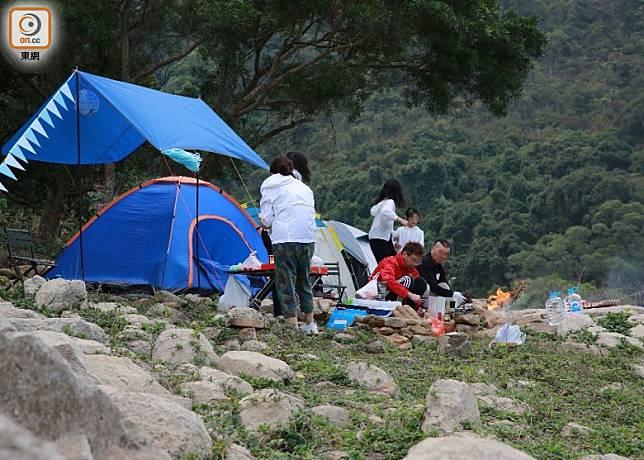 有市民漠視警告牌,在船灣淡水湖邊紮營生火。