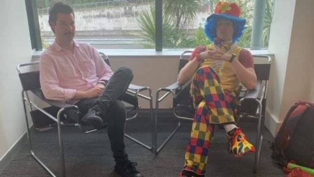 Tahu Akan Dipecat, Pria Ini Ditemani Badut saat Bertemu Bos