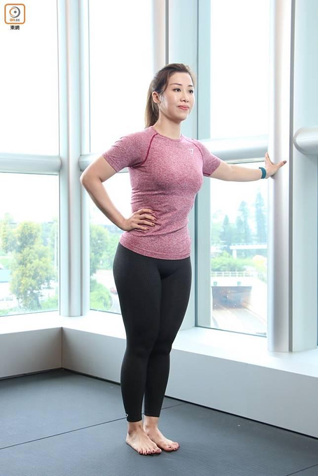 左手扶在牆上就可以保持平衡。向外行出一步,近牆或椅子的腳是站立腳,將另一邊腳抬高,右手叉腰以提醒自己Core收實。(張錦昌攝)