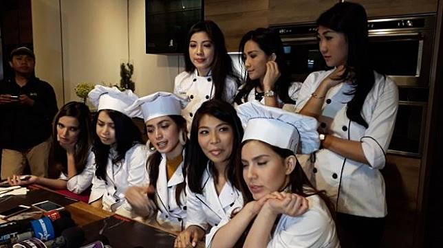 Anggota Girls Squad yang anggotanya di antaranya Nia Ramadhani, Jessica Iskandar Jennifer Bachdim dll, mengadakan acara di Mal Gandaria City. (Ismail/Suara.com)