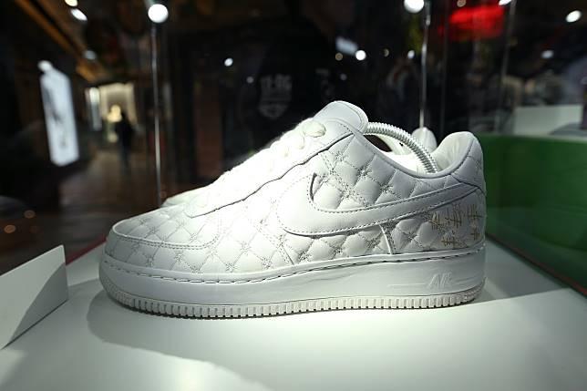 Nike於2008年邀請18位設計師設計Air Force 1,Michael Lau以精神病房為創作主題。