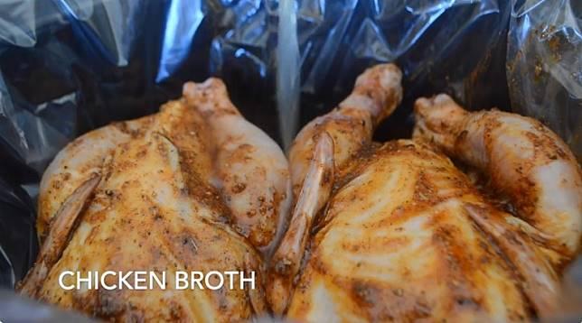 加雞湯慢煮,雞肉入味又不易變乾。(互聯網)