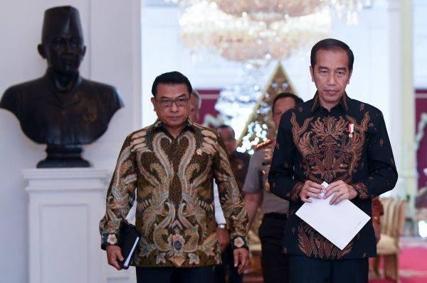 Presiden Jokowi didampingi Kepala Staf Presiden Moeldoko
