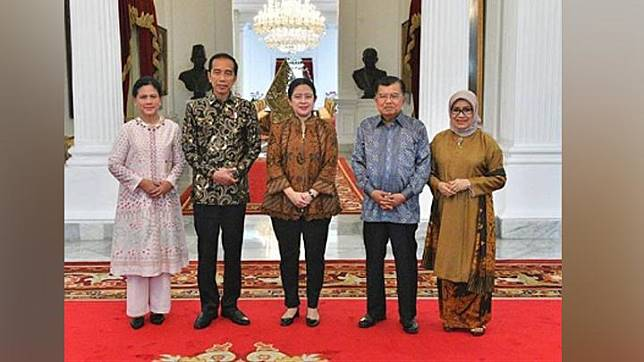 Puan Maharani (center), President Jokowi, First Lady Iriana Jokowi, Vice President Jusuf Kalla and Mrs. Mufidah Kalla pose during a farewell event of the Working Cabinet of the 2014-2019 period at the State Palace. Instagram.com/@puanmaharaniri